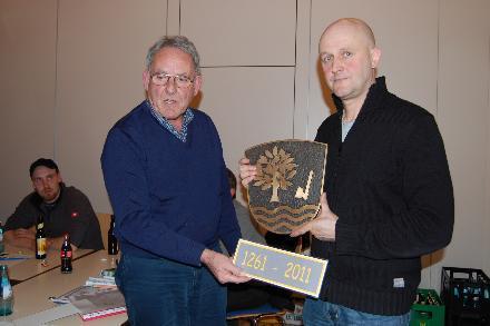 Hans Peter Zeschky (links) und Hans Georg Lippert mit der Bronzetafel des Ortswappens von Rainrod.Foto: Maresch