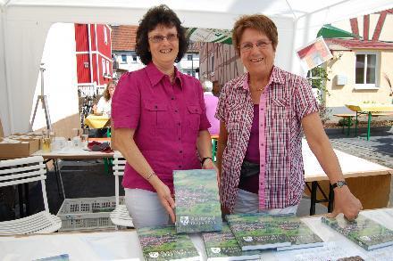 Zwei Mitglieder des Autorenkollektivs am Verkaufspavillon: Elke Emmel (links) und Ingeborg Seipp. Foto: Maresch