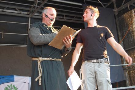 Ein Mönch aus dem 13. Jahrhundert (Hans Georg Meisinger) und ein kesser Rainröder von heute (Sebastian Lippert).