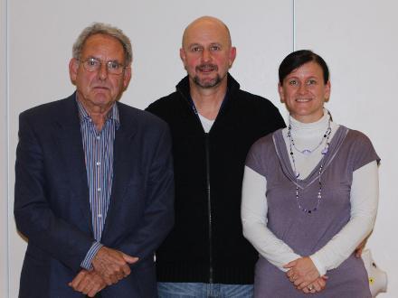 Der Vorsitzende Hans Georg Lippert (Mitte) mit Hans Peter Zeschky und Manuela Vogt, die viele Arbeitsstunden in die Bilddokumentation investierten. Foto: Maresch